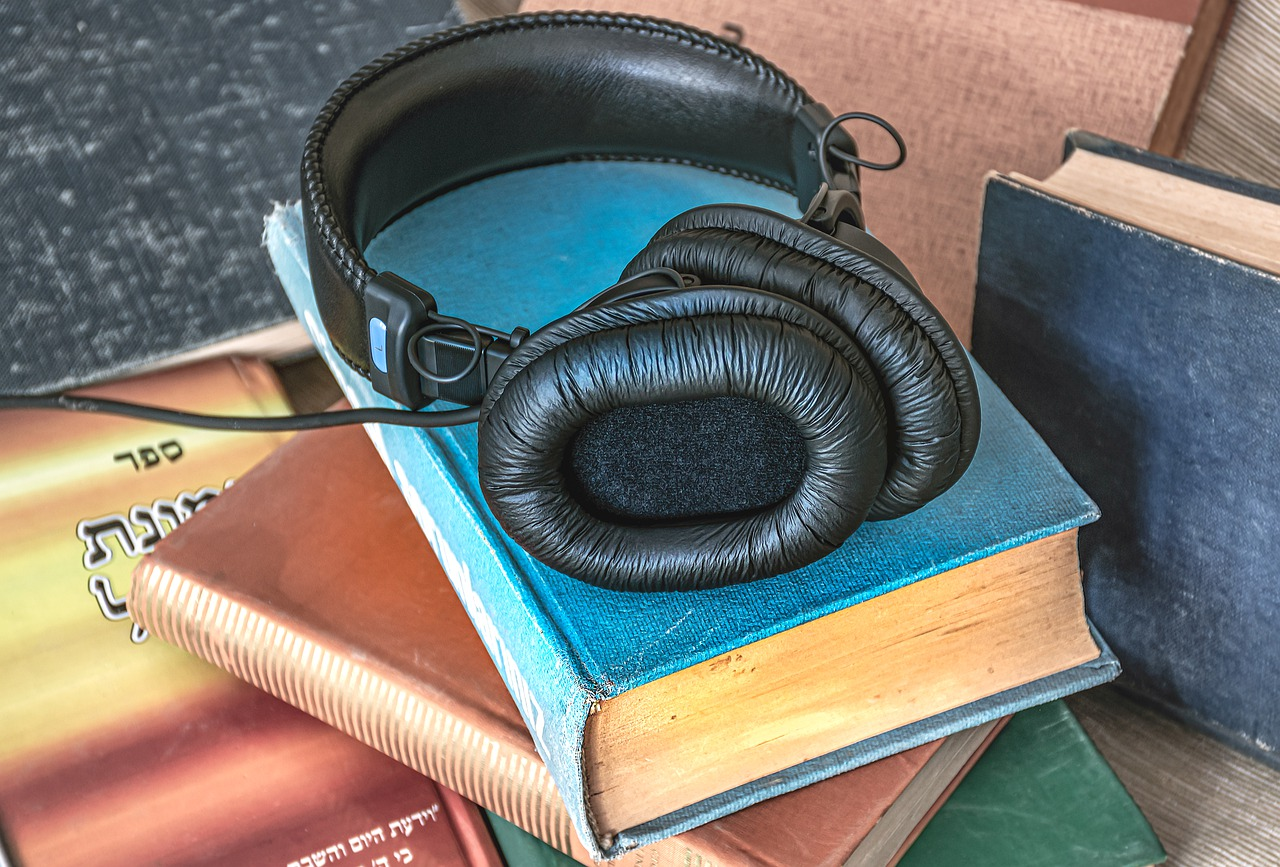 Audio Book Books Headphones Read  - Ri_Ya / Pixabay